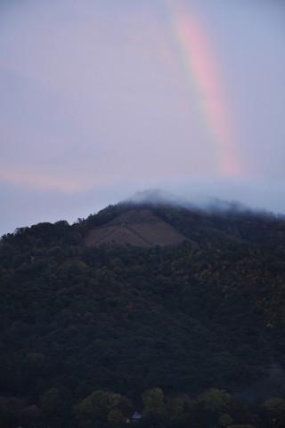 2011/11/19 16:51 雨上がり、山と夕焼けと法然院。そして虹が現れた!